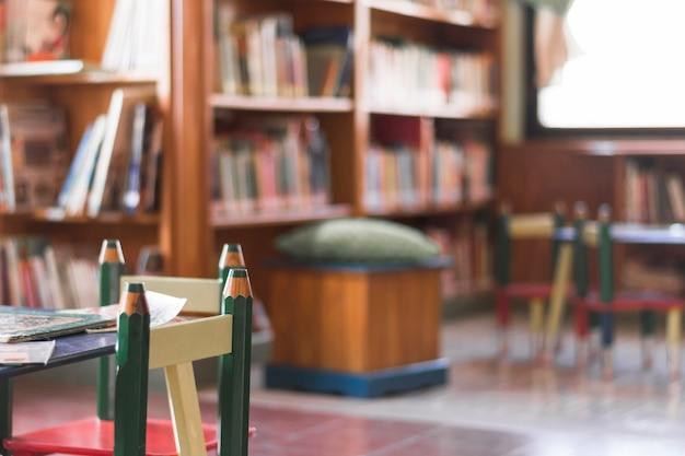 Cadeiras e mesa na biblioteca de crianças