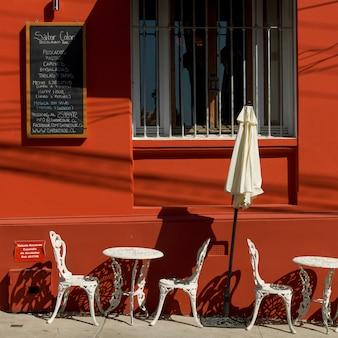 Cadeiras e mesa no café ao ar livre, valparaíso, chile