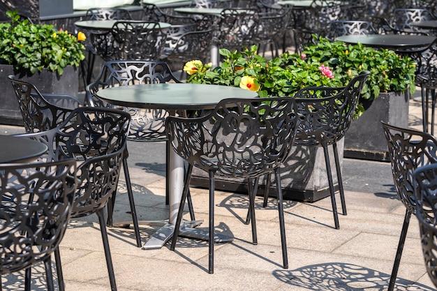 Cadeiras e mesa no café da rua no centro da cidade de ho chi minh, vietnã, close-up