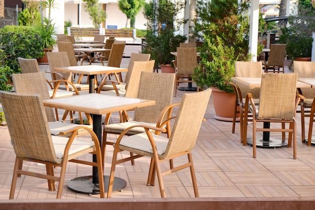 Cadeiras e mesas em café moderno, ao ar livre