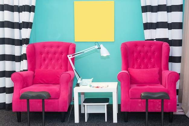 Cadeiras em um salão de beleza pedicure. interior do salão de beleza moderno vazio. locais de trabalho para mestres de manicure.