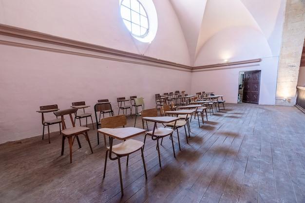 Cadeiras em uma igreja
