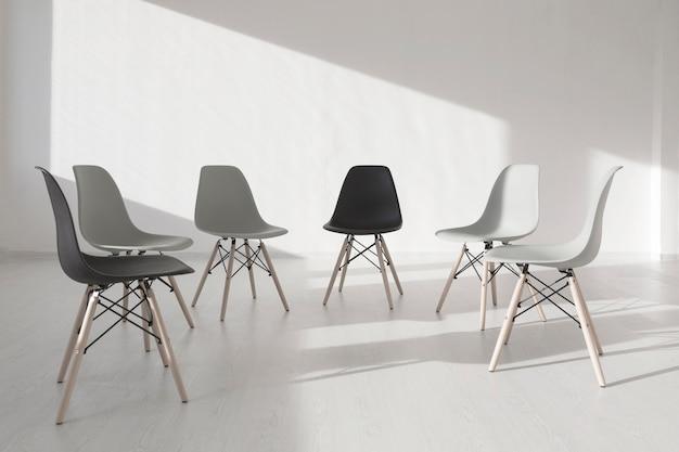 Cadeiras em uma sala de clínica branca