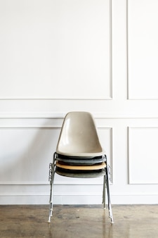 Cadeiras empilhadas uma em cima da outra