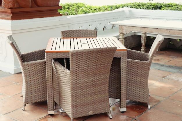 Cadeiras exteriores e mesa no jardim