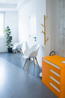 Cadeiras modernas em uma sala bem iluminada