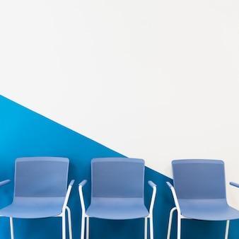 Cadeiras na frente de uma parede
