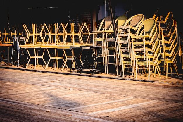 Cadeiras na mesa fechada ideia de negócio do restaurante covid -19