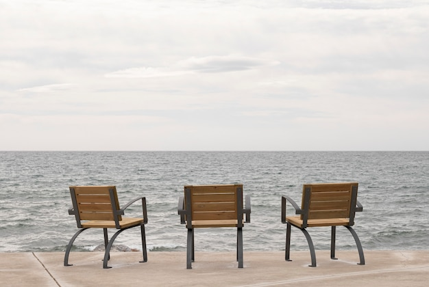 Cadeiras no passeio com vista para o mar