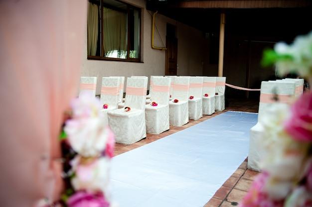 Cadeiras para uma cerimônia de casamento