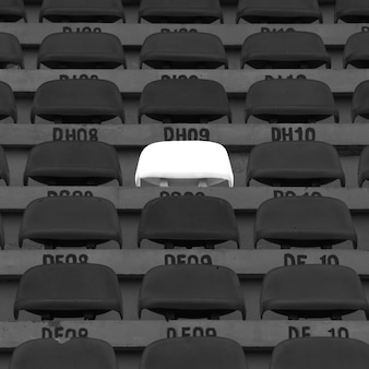 Cadeiras plásticas no estádio