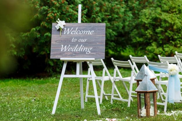 Cadeiras, ponteiro e muitas flores