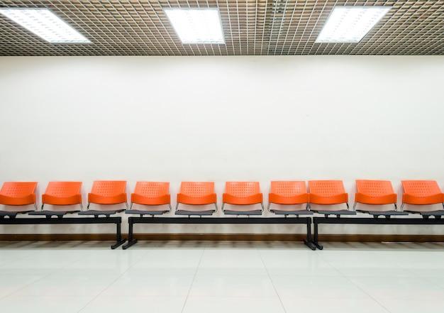 Cadeiras públicas na sala de espera