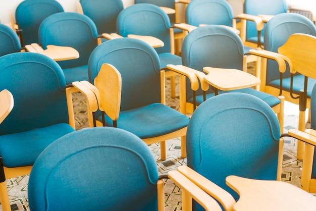 Cadeiras vazias azuis em sala de aula