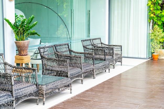 Cadeiras vazias de pátio externo