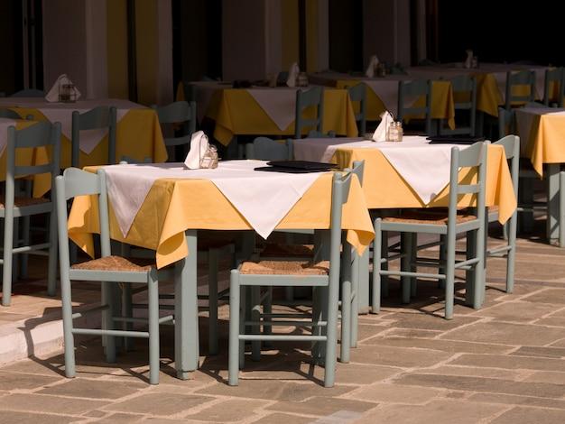 Cadeiras vazias no café ourdoor em katakolon