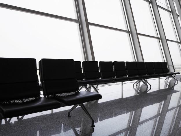 Cadeiras vazias no terminal do aeroporto.