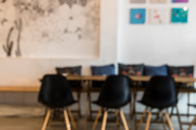 Cadeiras vazias pretas e mesa no café