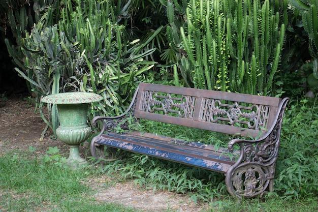 Cadeiras velhas no jardim