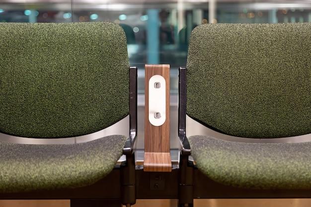 Cadeiras verdes com tomada de alimentação usb padrão gratuita ou carregador de slot de porta usb no conforto de viagem no aeroporto