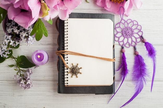 Caderno aberto, apanhador de sonhos, peônia e lilás