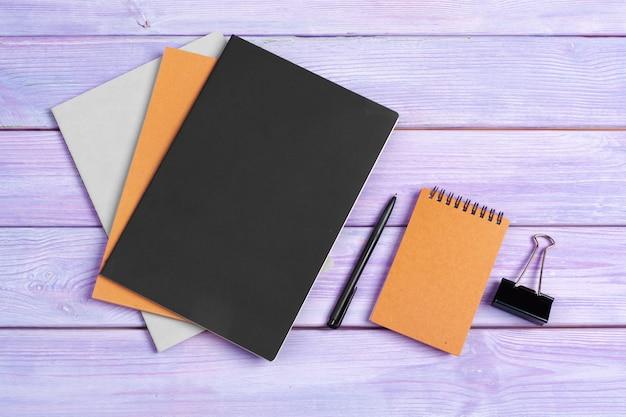 Caderno aberto com café na mesa de madeira