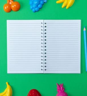 Caderno aberto com folhas brancas em branco na linha