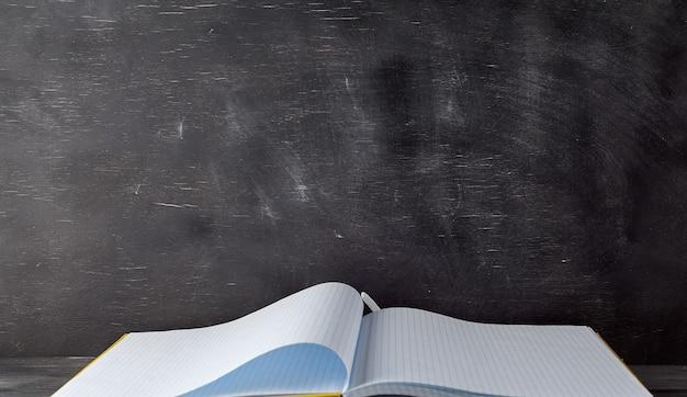 Caderno aberto com folhas brancas em branco