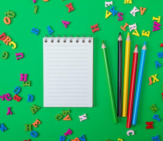 Caderno aberto com folhas brancas vazias