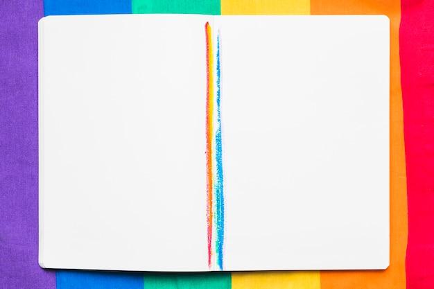 Caderno aberto com listras de arco-íris
