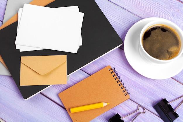 Caderno aberto com uma xícara de café na mesa de madeira