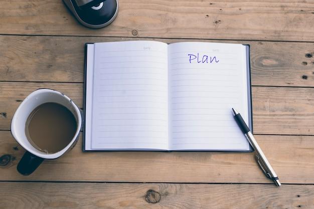 Caderno aberto com xícara de café