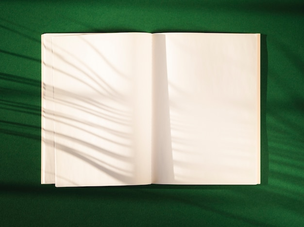 Caderno aberto de vista superior com sombras