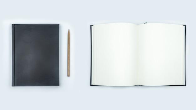 Caderno aberto e fechado com páginas vazias no fundo branco