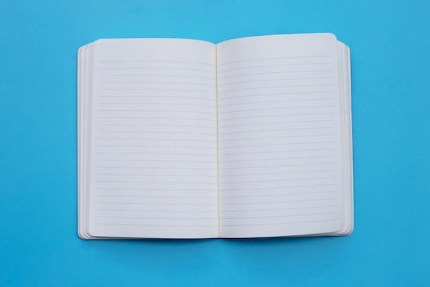 Caderno aberto em azul