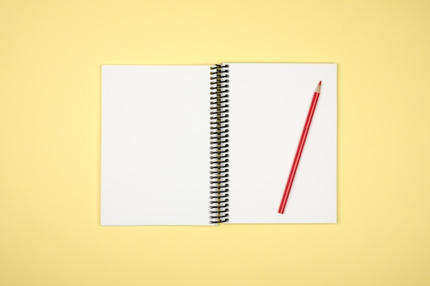 Caderno aberto em branco com lápis