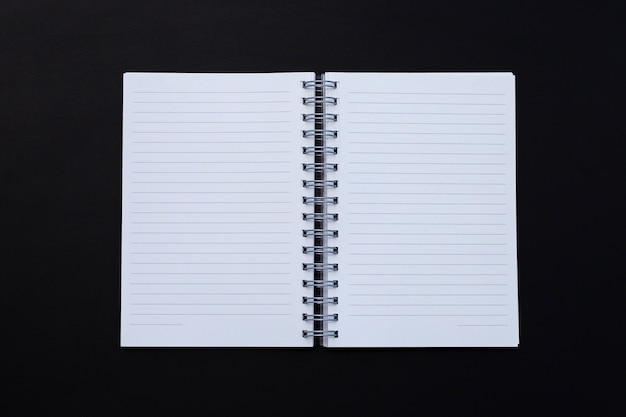 Caderno aberto em preto escuro