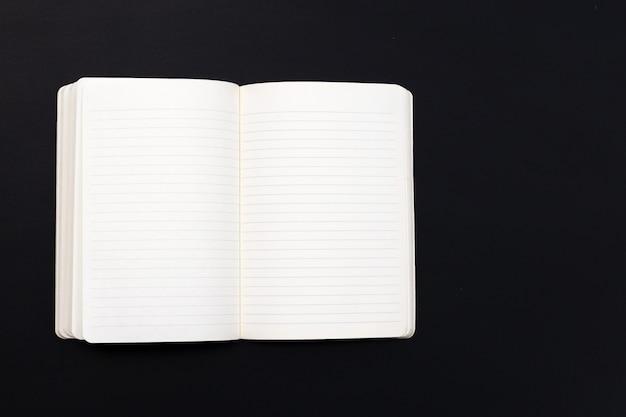 Caderno aberto no escuro