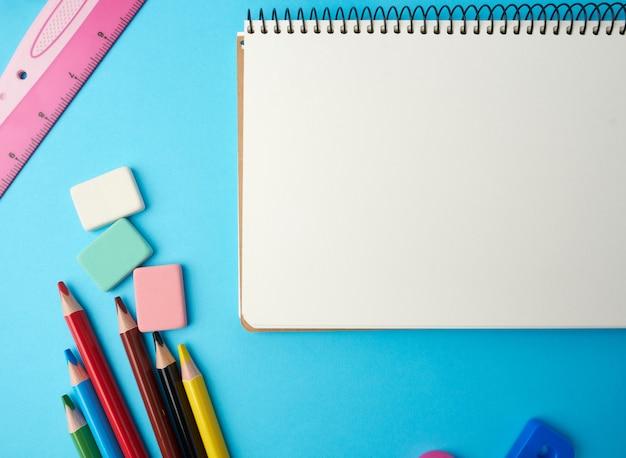 Caderno aberto no meio com lençóis brancos em branco, vista superior, conceito de volta às aulas