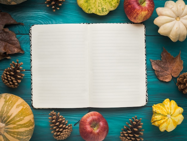 Caderno aberto no outono verde