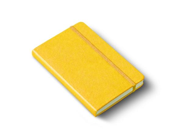 Caderno amarelo fechado isolado no branco