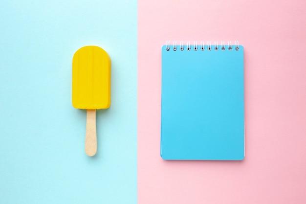 Caderno ao lado de sorvete