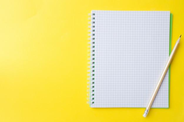 Caderno branco limpo e lápis com espaço de cópia