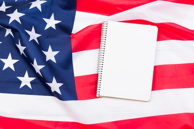 Caderno branco na bandeira americana
