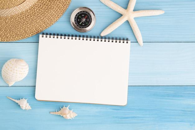 Caderno branco no chão de madeira azul