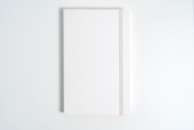 Caderno branco sobre fundo branco com traçado de recorte