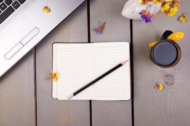 Caderno, café e flores para o local de trabalho feminino em casa ou no escritório,