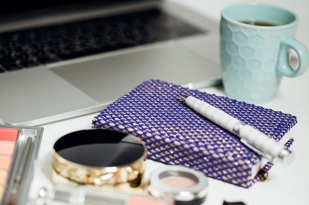 Caderno, caneta e xícara de café
