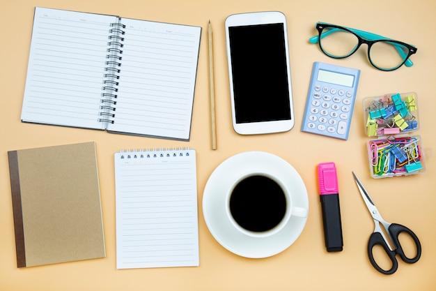 Caderno capa marrom celular calculadora preto café copo branco verde óculos