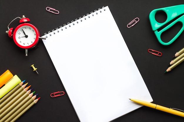 Caderno com a pena para escrever, de volta ao conceito da escola. material escolar